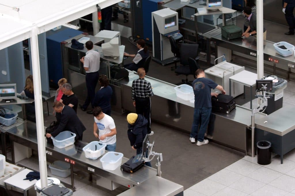 , Grünen-Chef fordert schärfere Kontrolle von Flugpassagieren, City-News.de