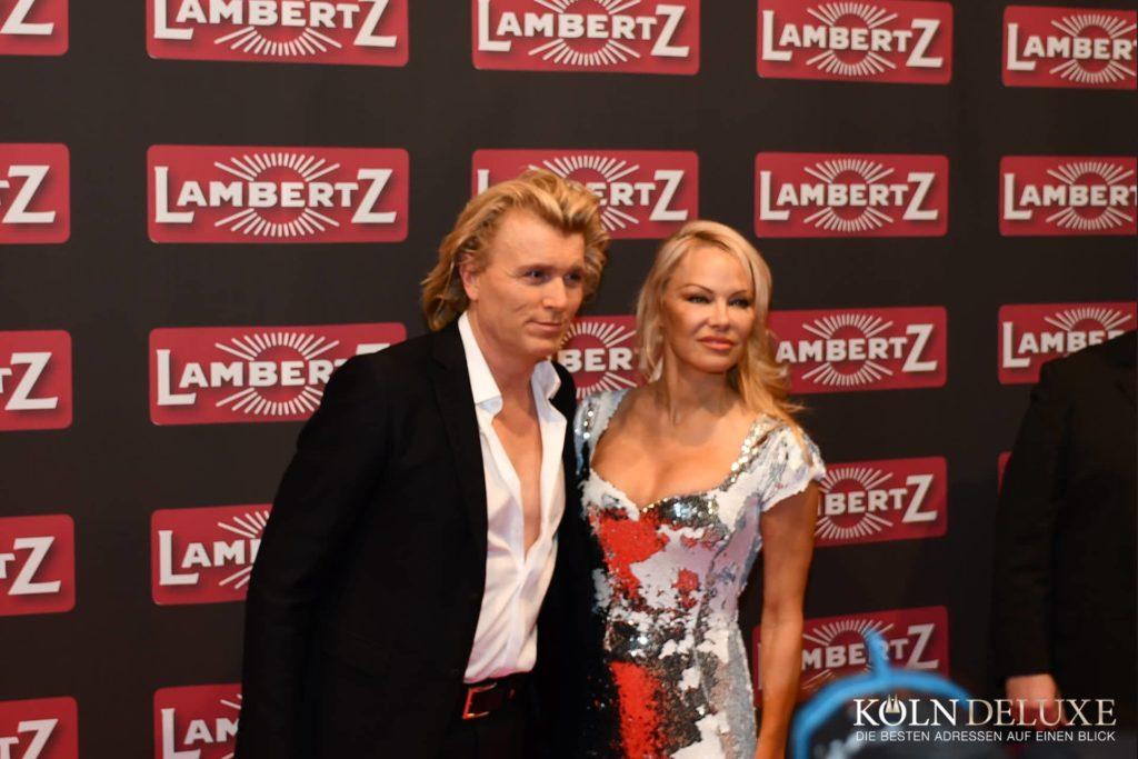 pamela anderson, Pamela Anderson kritisiert Kapitalismus, City-News.de