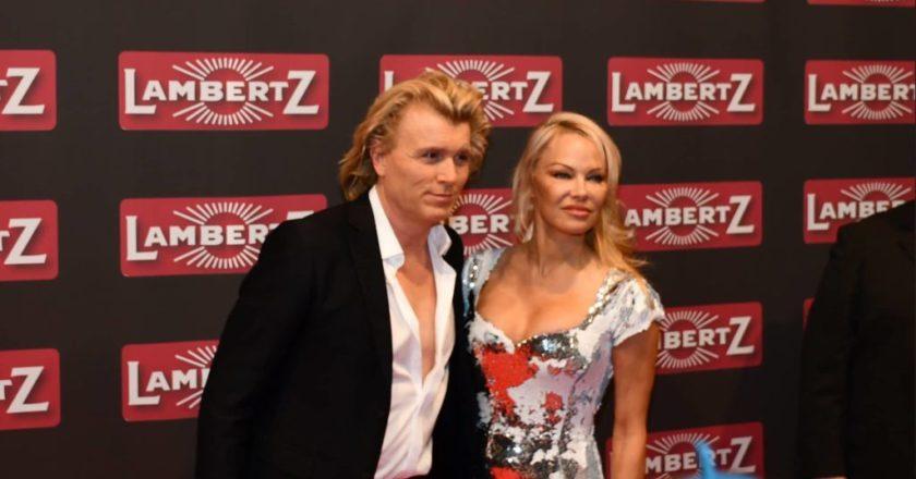 Superstar Pamela Anderson gemeinsam mit Magier Hans Klok