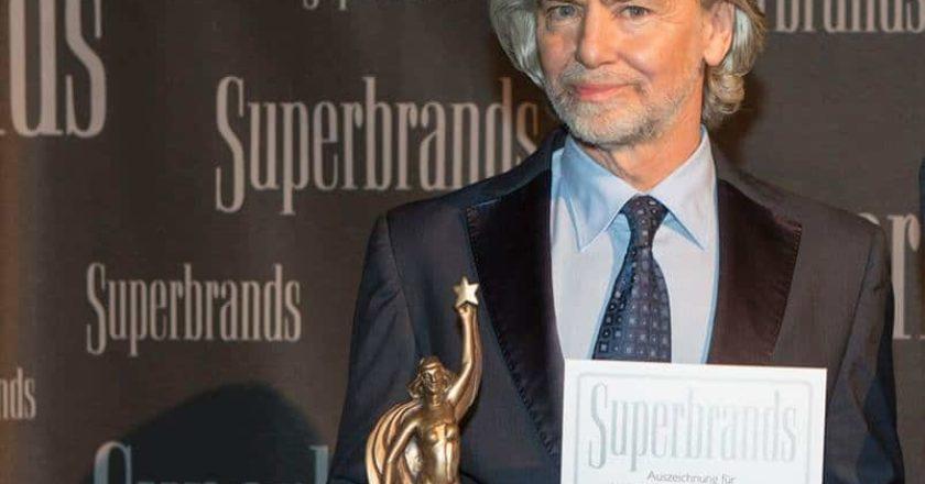 """Ein starke Marke mit einer einmaligen Geschichte: Prof. Dr. Hermann Bühlbecker konnte für die Marke """"Lambertz"""" wieder den begehrten """"Superbrand""""-Award in Empfang nehmen."""