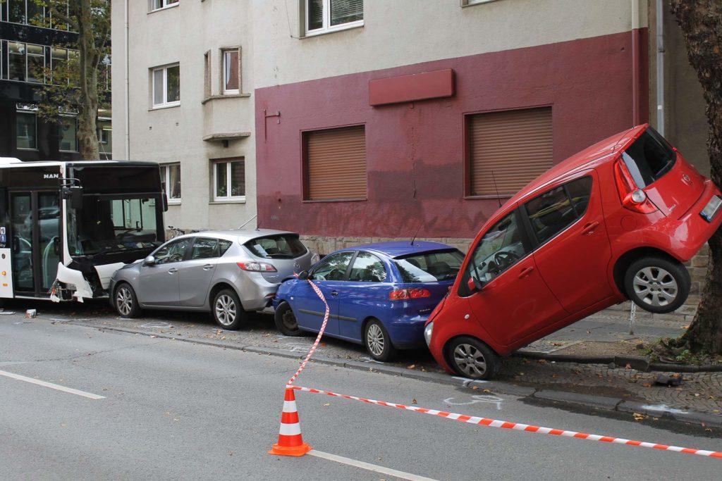 bus unfall bochum, Ungesicherter Bus rollt in Fahrzeuge, City-News.de