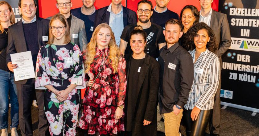 Gruppenbild mit Jury und Gewinnerteams Bildnachweis: GATEWAY/Simon Hecht