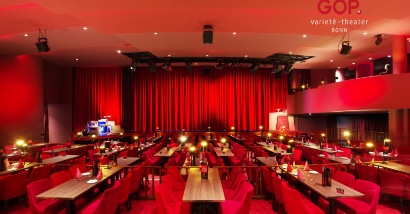 Gop Bonn Saal mit roten Vorhängen