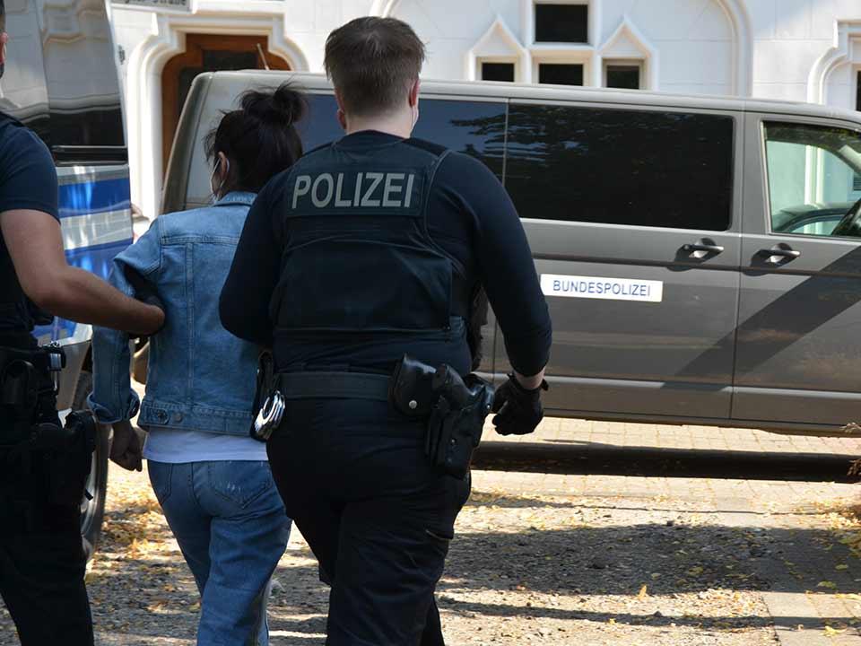 Ausbeutung und Zwangsprostitution, Ausbeutung und Zwangsprostitution – 250 Beamte gehen gegen Schleuser vor, City-News.de