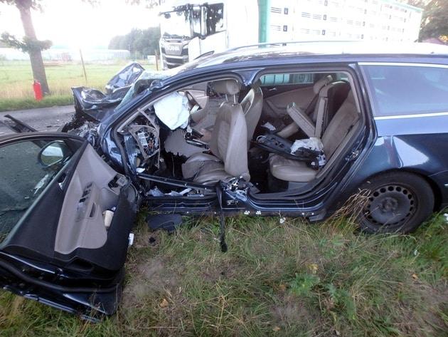 tödlicher Unfall Rotenburg, ++ 29-jähriger Autofahrer stirbt bei Zusammenstoß mit Viehtransporter ++, City-News.de