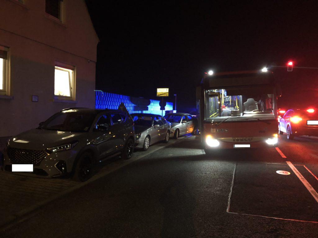 Bus Worms Unfall, Linienbus verursacht einem Verkehrsunfall mit 3 geparkten PKW`s, City-News.de