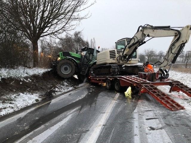 , Traktor samt Anhänger mit Bagger kommt von der Fahrbahn ab, City-News.de