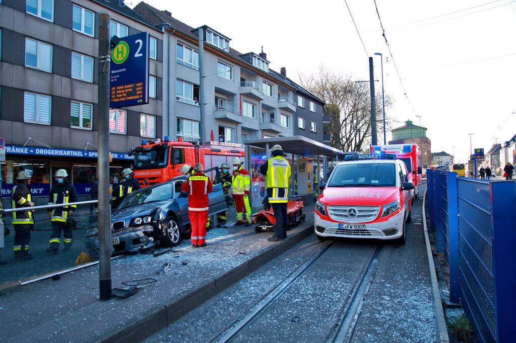 essen haltestelle bmw, Essen – BMW kracht in einen Haltestelle, Fahrer verletzt!, City-News.de