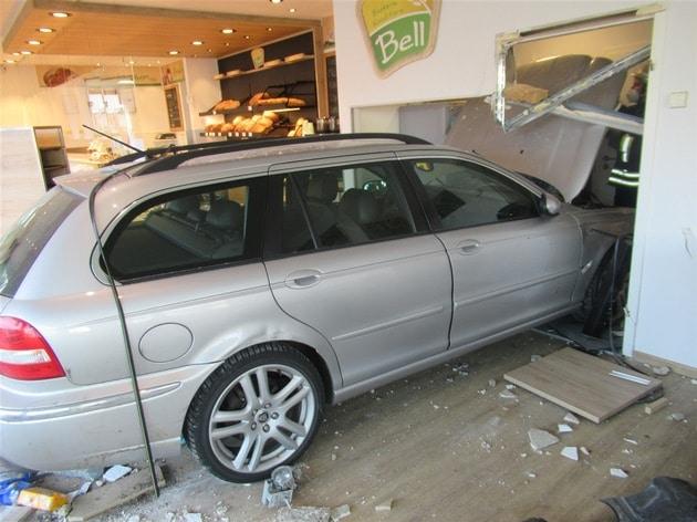 dahkem auto bäckerei, Pkw durchbricht Gebäudefront und steht plötztlich in einer Bäckerei, City-News.de