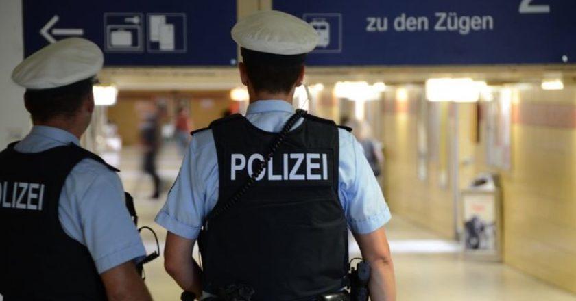 zwei Polizisten am Bahnhof
