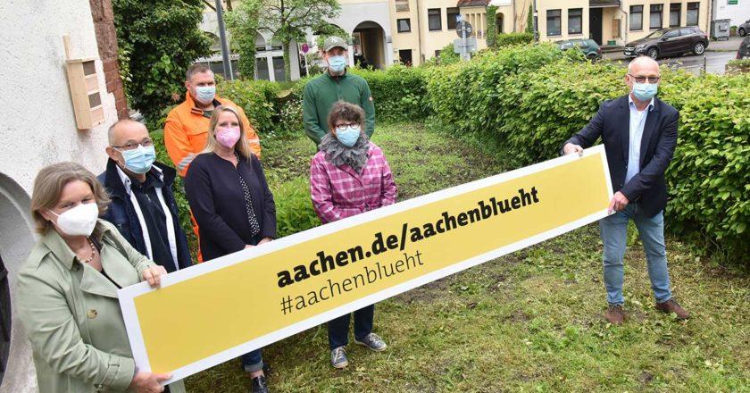 Bezirksbürgermeisterin Petra Perschon (links) freut sich mit Bernd Thelen, stellvertretender Bezirksamtsleiter, (rechts) über die Initiative der Kolleg*innen