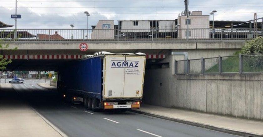 LkW unter Brücke in Celle eingeklemmt