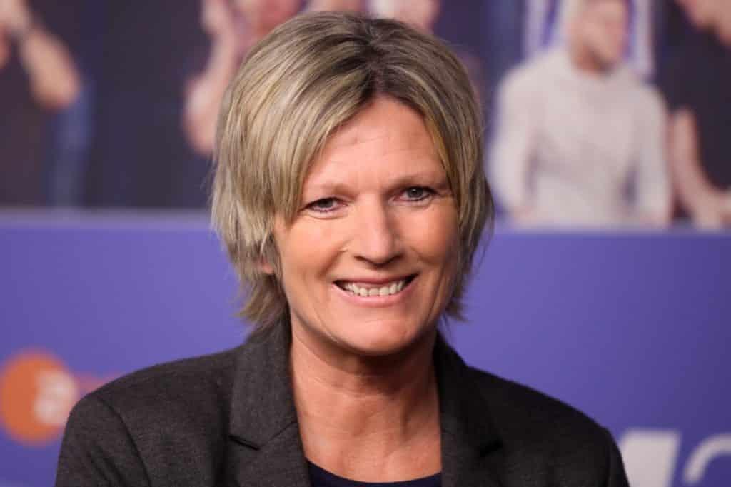 , Claudia Neumann setzte auf dem Bolzplatz Ellbogen ein, City-News.de