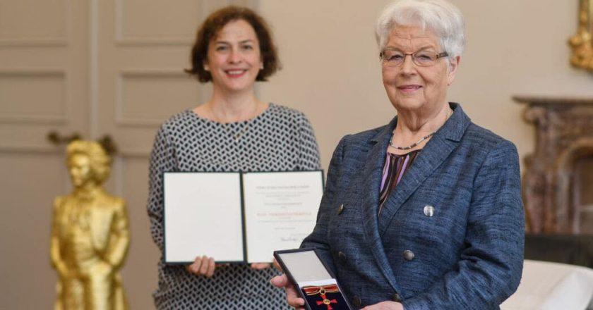 Bürgermeisterin Dr. Ursula Sautter (l.) und Hildegard Rometsch bei der Übergabe des Bundesverdienstkreuzes.