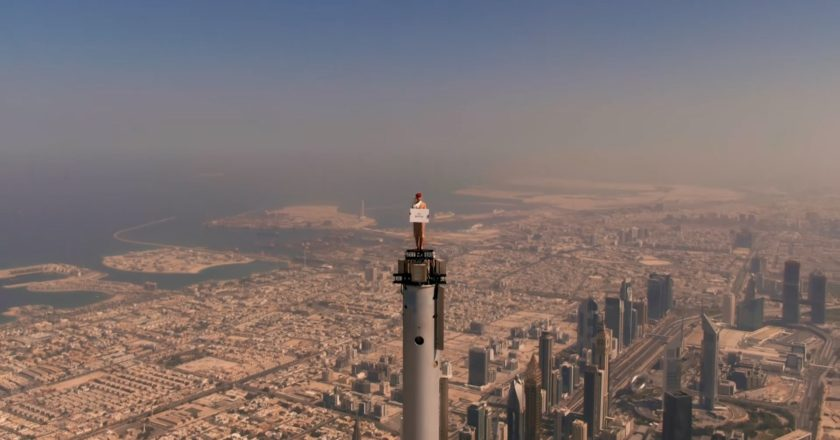 Emirates Flugbegleiterin auf dem Burj Khalifa