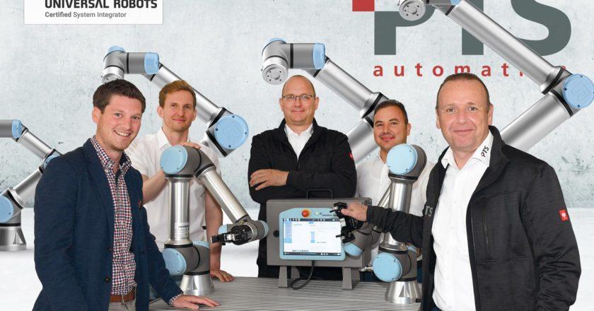 Die PTS übernimmt den ersten Cobot von Universal Robots - Personen von links nach rechts: Micha Richter (Müller Maschinentechnik), Jack Pohlmann, Georg Stoll, Hüseyin Dürek, Thomas Dahmen (alle PTS Automation)