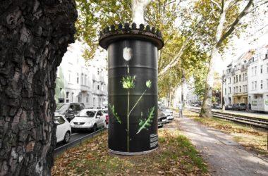 """Foto Plakat """"Natur-Ersatzprodukt"""" klebt an Litfaßsäulen"""